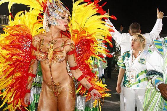 Juju Salimeni desfila peladona em São Paulo e mostra o corpão