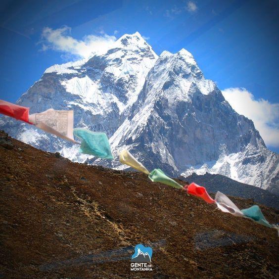 """As prayer flags são """"bandeirinhas de oração"""" muito comuns no Nepal e no norte da Índia. Elas trazem orações estampadas. Acredita-se que ao serem balançadas pelo vento espalham suas preces pelo ar.  Que nossa semana seja abençoada.  Lhotse em 2005. #GentedeMontanha #AltaMontanha#DharmaProject #saveNepal #Nepal #Montanhismo #Trekking #India #photography #Book #KarinaOliani #Everest #MountEverest @karinaoliani @gziller @maximokausch @gentedemontanhaoficial @gtarso_ @apolessi"""