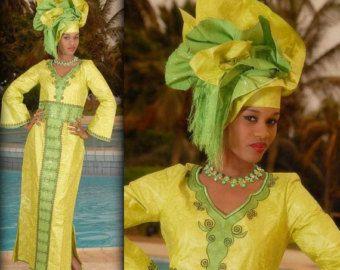 Robe en brocart africaine pourpre avec une par NewAfricanDesigns
