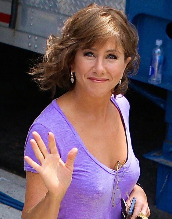 Jennifer Aniston pokies | Jennifer Aniston | Pinterest | Jennifer aniston, Set of and To the