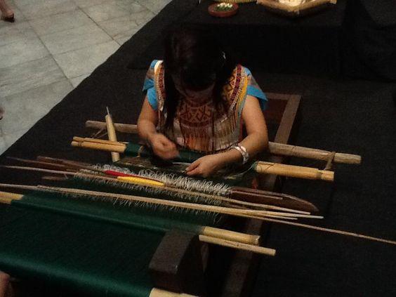 Gadis Dayak penenun