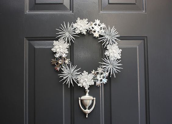 Winter wreath made with snowflake ornaments. Gorgeous!: Wreath Idea
