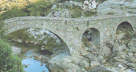 Corsica - Ponts Genois - Funtanella Pont Génois,en aval du barrage de Calacuccia. Ce pont génois avait à l'origine quatre arches. Il n'en reste plus que trois, celle sur la rive gauche s'étant effondrée, faute d'entretien.