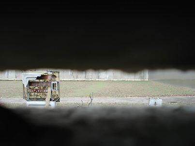 """Alain Raap: """"Deze foto is genomen vanuit het laatste stukje echte muur aan de AckerStrasse in Berlijn, je kijkt uit op het stuk niemandsland en de Muur. Deze afscheiding liep dus door de hele stad en scheidde families en bekenden 38 jaar lang van elkaar. Grenzen verleggen / verkennen was er voor deze inwoners van Berlijn dus letterlijk niet meer bij."""" #ideeënsafari"""
