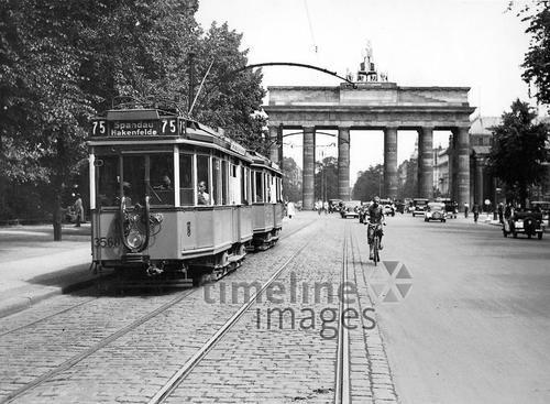 Strassenbahn Vor Dem Brandenburger Tor Anfang 30er Jahre Berlin Strassenbahn Strassenbahn Berlin Spree