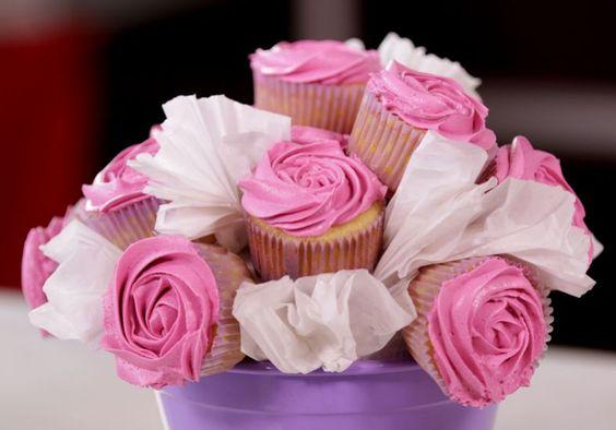 Aprenda a fazer um buquê de rosas de cupcakes para a sua mãe >>> http://abr.ai/1PbudCV