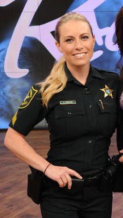 笑顔の女性警察官
