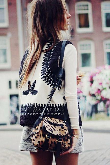 Veste brodée + mini besace léopard = le bon mix (veste H&M 2013 - photo Lizzy vd Ligt)
