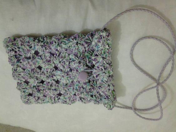 Bolsa de fuxico estampado lilás.