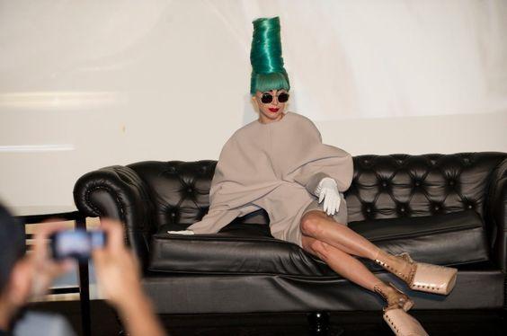 Auch die große Lady Gaga wurde dank Beehive noch ein gutes Stück größer. Über die Haarfarbe lässt sich streiten.