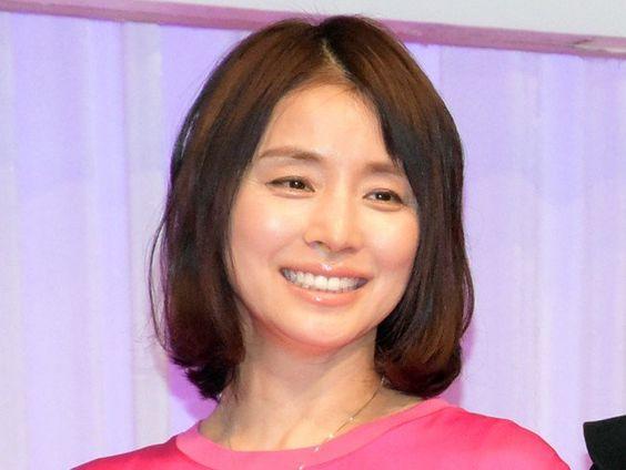 ピンクのワンピースを着た石田ゆり子