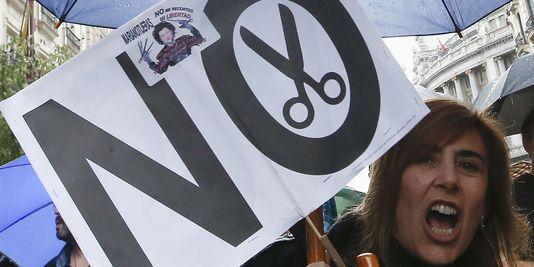 Des centaines de fonctionnaires lors d'une manifestation à Madrid le 28 septembre contre la poursuite du gel de leurs salaires annoncée la veille par le gouvernement, qui entend économiser 39 milliards d'euros en 2013. | REUTERS/ANDREA COMAS