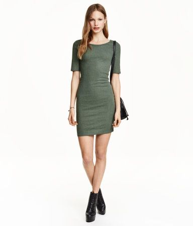 Short, fitted dress in ribbed jersey with a slightly wider neckline and short sleeves.