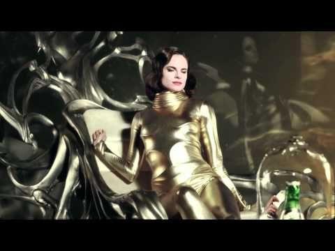Robe Chanel et combinaison moulante dorée, la vidéo The Drop de Perrier donne chaud!