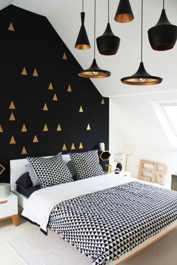 À primeira vista, parece que o protagonista na decoração desse quarto é o preto e branco, mas pode-se perceber também o charme dos elementos geométricos, na parede e na roupa de cama.: