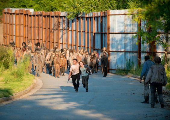 Nachdem der Wall von Alexandria gebrochen ist, können die Figuren nur noch um ihr Leben laufen.