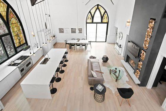 Igreja antiga se transforma em linda casa com lareira e parede de escalada - limaonagua