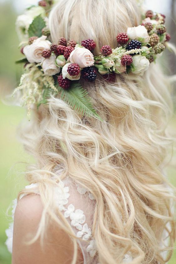 berry and flower crown and naturally wavy hair http://weddingwonderland.it/2015/06/15-acconciature-per-le-spose-dai-capelli-ricci-naturali.html