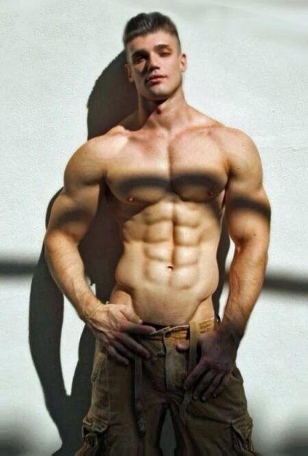 Gay muscular hombres entrenamiento adorando y seduciendo