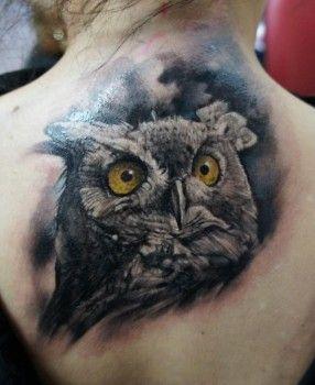 Tatuaje de búho en la espalda