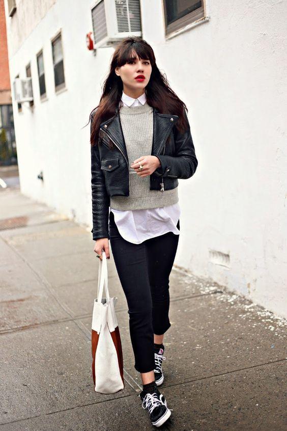 Jaqueta de couro, suéter cinza, blusa branca, sobreposição, calça preta, tênis preto