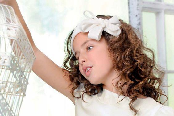 niña con diadema en el pelo de Comunión | todo para mamás