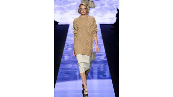 Suéter de ochos en color camel y falda recta, de Max Mara.