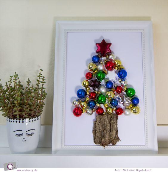 MrsBerry.de XMAS DIY | Tannenbaum aus Weihnachtskugeln basteln | Aus Alt mach Neu habe ich mir gedacht und habe einen Tannenbaum aus Weihnachtskugeln gebastelt. Einen schicken Bilderrahmen, olle Weihnachtskugeln, ein Stück Baumrinde, weißen Fotokarton und Heißkleber – mehr braucht ihr dafür nicht.