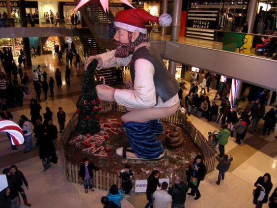 Mr. Hankys Back In This Picture: Photo of santa statue pooping