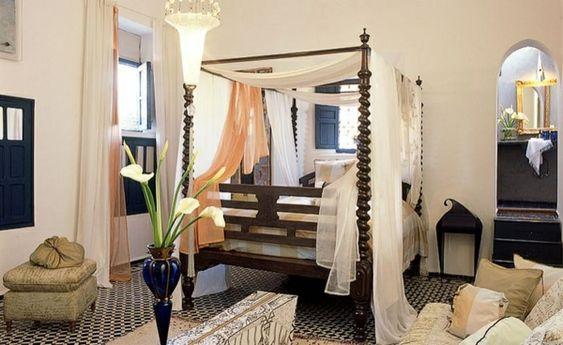 Orientalisches himmelbett  orientalisches schlafzimmer himmelbett pflanzen sofa ...