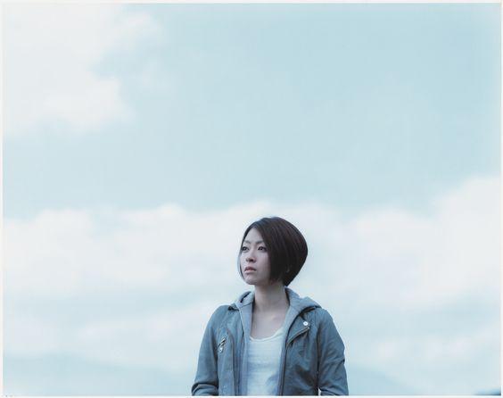 空を見つめる宇多田ヒカル