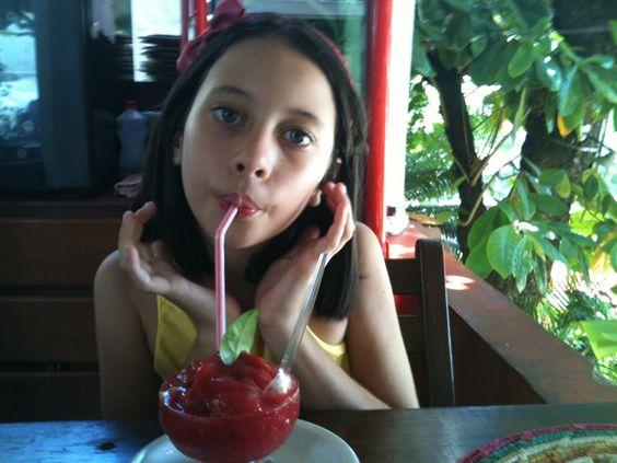 Clara e o suco de morango. Paraiso Tropical
