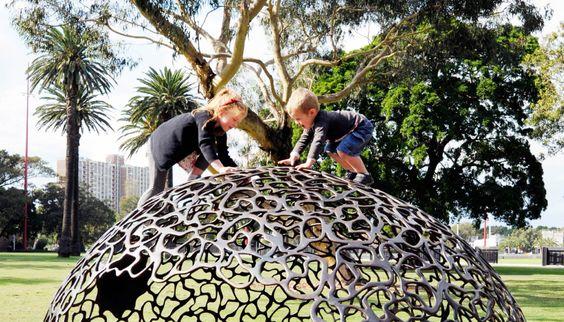 I Redfern Park i Sydney har Fiona Foley designat lekredskap inspirerade av den omgivande floran. Hennes klättervänliga frökapslar är ett vackert exempel.
