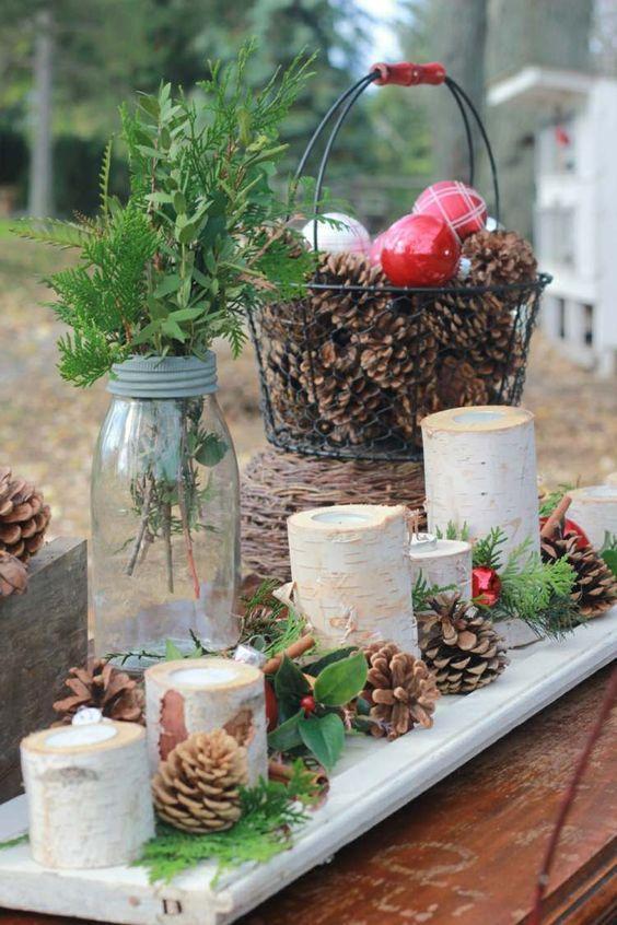 décoration de Noël en boules décoratifs et cônes