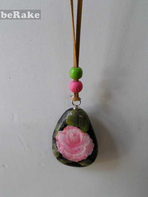 Vendo Piedras pintadas a mano: colgante con rosa. tamaño 3 cm. gastos de envio no incluidos...