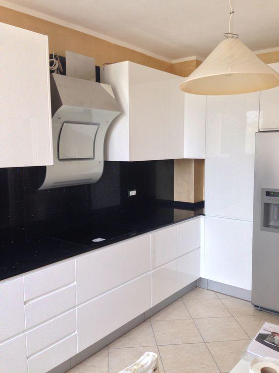 cucina bianca con dettagli marroni. piastrelle gialle in ...