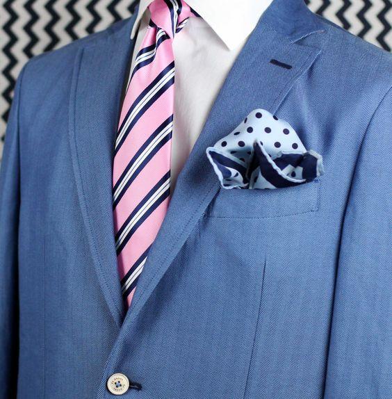 frischer kontrast blauer anzug mit wei em hemd rosa gestreifter krawatte und hellblau. Black Bedroom Furniture Sets. Home Design Ideas