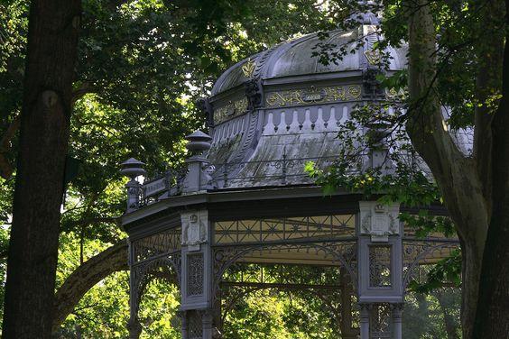Zum Ausklang des Sommers geht es heute noch einmal in den Park, genauer gesagt in den Kremser Stadtpark, der 1880 direkt außerhalb des mittelalterlichen Stadtkerns angelegt wurde. Er entstand in ei...