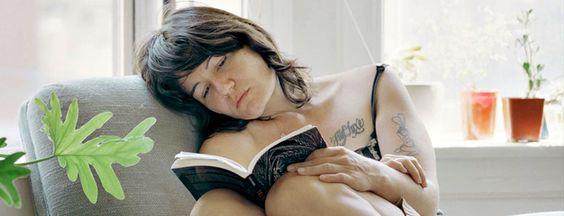 Un proyecto multimedia que intenta capturar un momento íntimo de lectura. Retratos de mujeres leyendo libros, pero leyendo de verdad.
