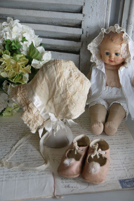 Doll baby, baby shoes and pretty bonnet !: