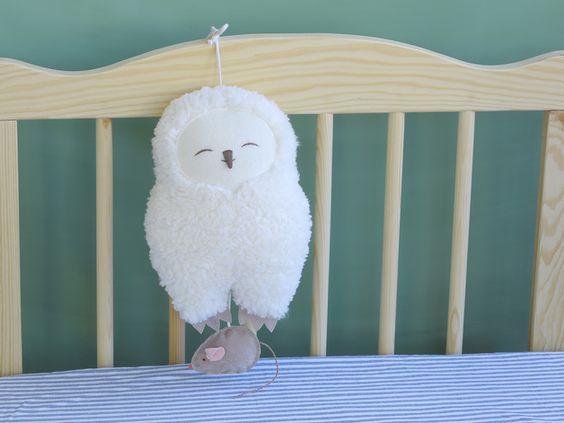 Spieluhr Schneeeule; zieht man an der kleinen Maus ertönt eine süße Melodie / musical box owl by Petiti Panda via DaWanda.com