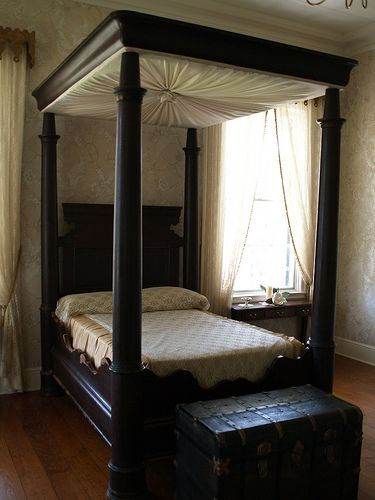 Plantation houses louisiana and built ins on pinterest for Plantation style bed