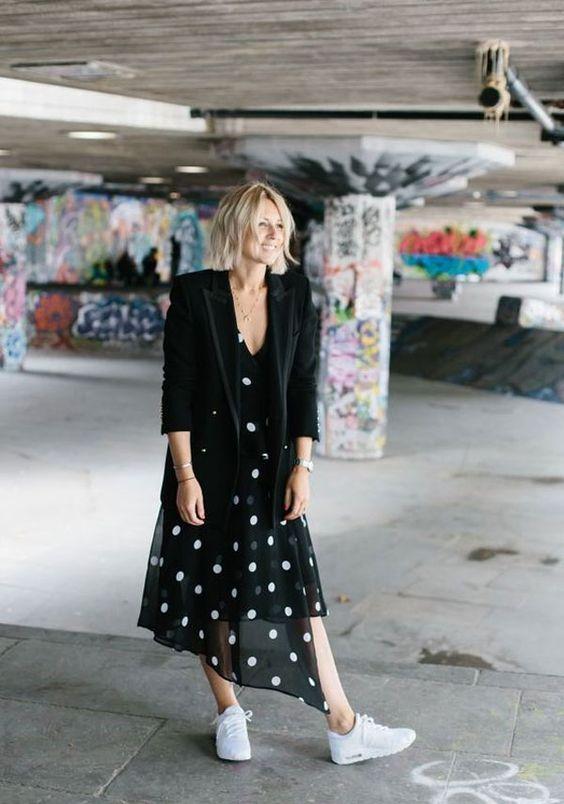 it-girl - vestido-poá-blazer-preto-tenis - poá - meia estação - street style