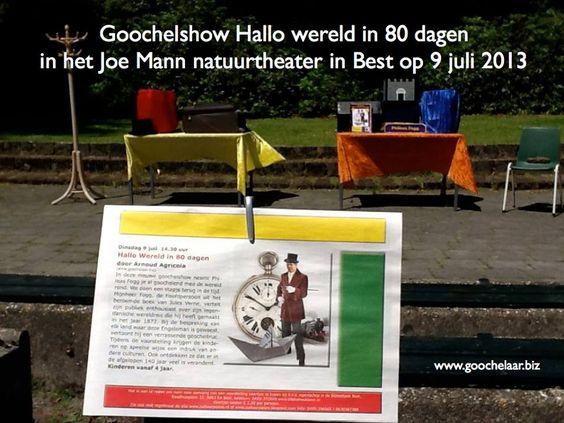 Aankondiging van de goochelshow Hallo wereld in 80 dagen in krant van de Stichting Cultuurpassie. Op de achtergrond het podium van het openluchttheater Joe Mann bij Best en de atrributen voor de voorstelling.