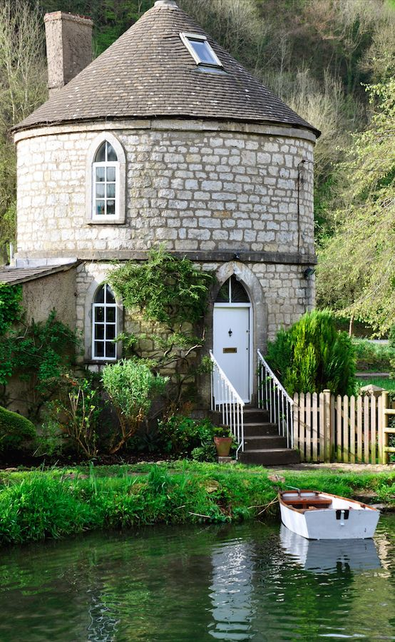 Chalford Roundhouse on the banks of Thames and Severn Canal near Stroud, England • photo: Butler Sherborn on Small House Bliss: