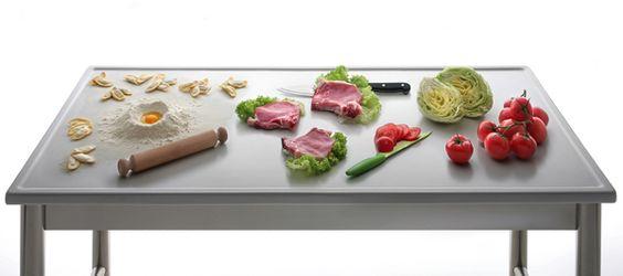 Immagine fotografica, realizzata in studio, di tavolo in gres per cucine industriali dell'azienda Keracooking