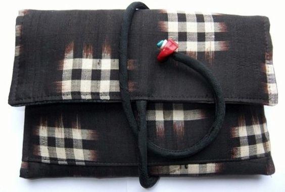 昔の男の子の井桁の絣の上下で作りました。ファスナー付きの、小銭入れの外ポケットを付けています。中袋は、正絹のお茶壺の絵柄入りの羽織の裏地を使いました。黒の着物...|ハンドメイド、手作り、手仕事品の通販・販売・購入ならCreema。