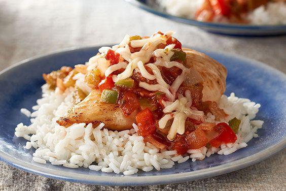 La salsa roja es un buen toquecito de picor en este arroz con pollo. Es perfecto para una reunión de adultos donde quieras brindar sabores muy nuestros.