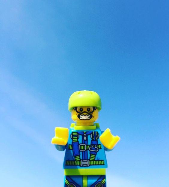 Sky diving #lego #legogram #legostagram#legophotography #toy#レゴ#instalego#toystagram #legomania#toys#legofan#legoinstagram #minifig #minifigs #minifigure #minifigures  #legotoys #ミニフィグ#legolove#legos#legominifigure#sky#skydiving #skydive #skyblue #bluesky #sunny #スカイダイビング #空#青 by violetotoro