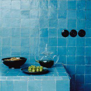 murs et plan de travail sont couverts de zelliges turquoise la couleur qui reprsente le - Zellige Marocain Salle De Bain